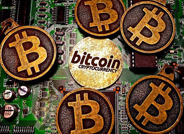 Wizualizacja bitcoinów, które w praktyce są tylko zapisem cyfrowym w komputerze lub telefonie.