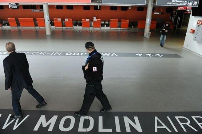 """Ewakuacja lotniska w Modlinie. """"Ktoś zadzwonił i groził, że podłożył bombę"""""""
