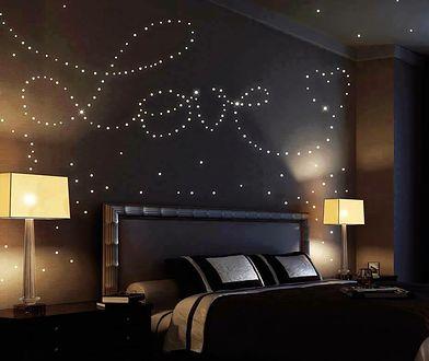Naklejki, grafiki czy fototapety z efektem fluorescencyjnym to dobra alternatywa dla farb świecących w ciemności.
