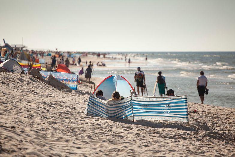 Weź prześcieradło z gumką na plażę. Ten trik jest genialny