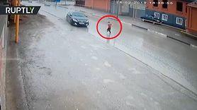 Dziecko wbiegło pod samochód. Cudem nic się nie stało (WIDEO)