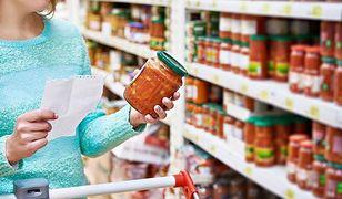 Aby kupować zdrowe produkty spożywcze, należy z uwagą przeczytać ich skład na opakowaniu.