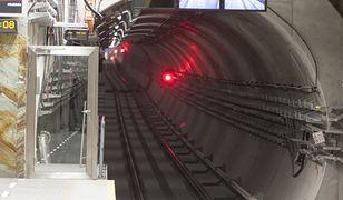 Spacerek tunelem. Trzech pijanych mężczyzn wędrowało wzdłuż torowiska II linii metra