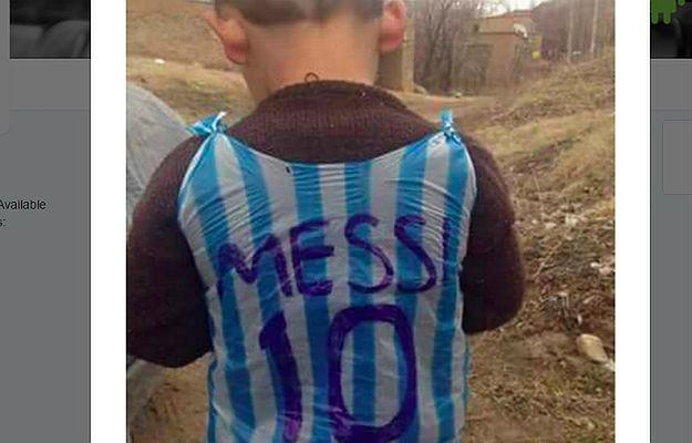 Zdjęcie chłopca w koszulce Messiego z plastikowej torby hitem sieci. Czy Internauci go odnajdą?