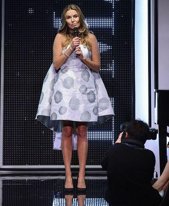 Przygaszona prezenterka na pokazie mody