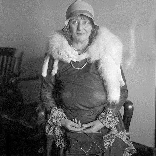 """""""The Times"""" 1930 rok, 50-letnia Dolly Oesterreich w trakcie procesu sądowego"""