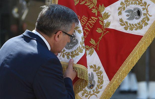 Ostatnie oficjalne wystąpienie prezydenta Komorowskiego. Ucałował wojskowy sztandar.