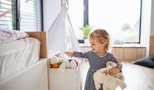 Dziecko wkłada zabawki do szuflady