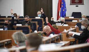 Koronawirus w Polsce. Senat odrzucił ustawę ws. dodatków dla medyków