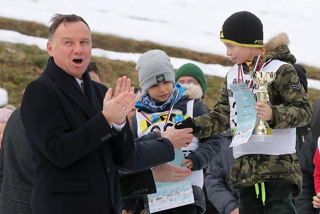 Andrzej Duda z młodymi sportowcami