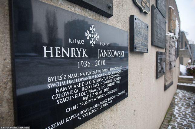 Tablica była zainstalowana na murze niedaleko Pomnika Poległych Stoczniowców w Gdańsku