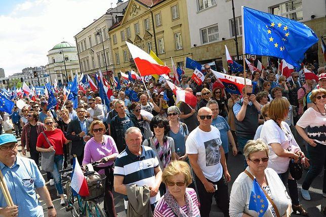 """Manifestacja służby zdrowia, marsz KOD oraz """"Błękitny Marsz Pokoju"""". Duże utrudnienia w stolicy"""
