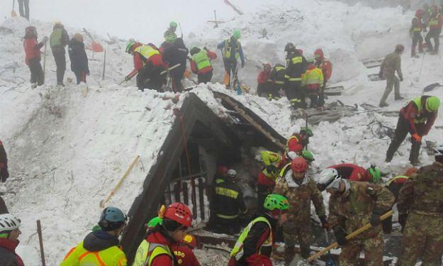 Włochy: ratownicy wydobyli spod zwałów śniegu i gruzu ciało szóstej ofiary lawiny