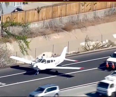 Samolot z dwiema osobami na pokładzie bezpiecznie wylądował na autostradzie. Przyczyną była usterka silnika