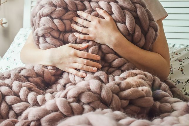 Technice dziergania na rękach nie oprze się żaden zmarzluch. W ten sposób możesz zrobić gigantyczny koc, ale też poduszkę, puf lub szalik!