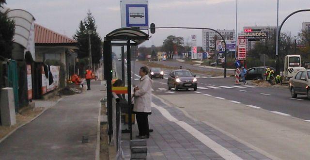 Pofalowany przystanek na ulicy Inflanckiej w Łodzi