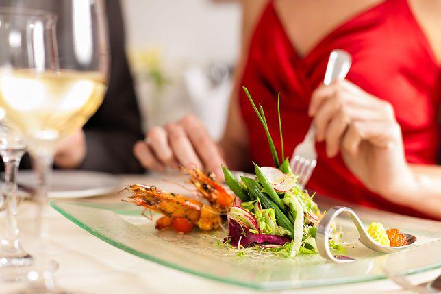 Restauracja oferowała większe zniżki dla kobiet o większych piersiach.