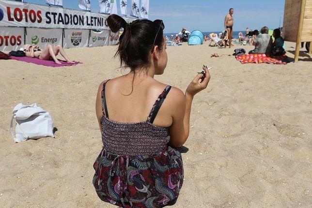Palenie na plaży (zdjęcie ma charakter ilustracyjny)