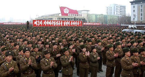 Armia KRLD świętuje udaną trzecią próbę nuklearną na Placu Kim Ir Sena w Phenianie