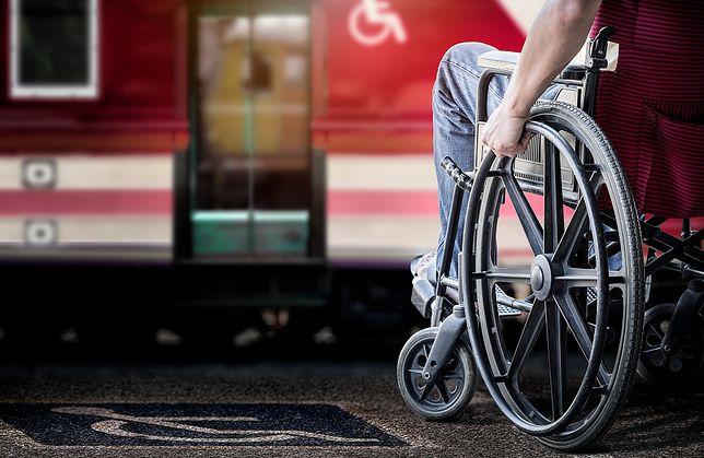 """Podróż PKP, gdy jeździ się na wózku inwalidzkim. """"Niepewność i stres"""""""