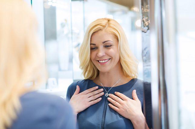 Drobne naszyjniki sprawdzają się zwłaszcza w eleganckich stylizacjach