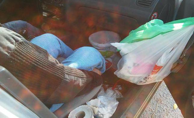 Dwoje starszych ludzi od półtora miesiąca mieszka w samochodzie