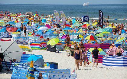 Koniec z parawanami na plaży? Władze Darłowa chcą ich zakazać