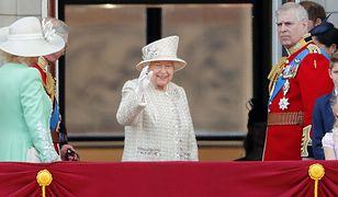 Królowa Elżbieta pozdrawiała poddanych z balkonu pałacu Buckingham
