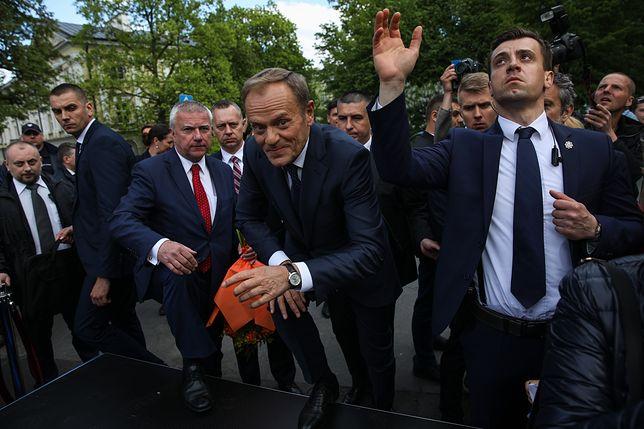 Donald Tusk na dziedzińcu Uniwersytetu Warszawskiego