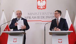 Minister sprawiedliwości, prokurator generalny Zbigniew Ziobro (po prawej) oraz podsekretarz stanu Łukasz Piebiak