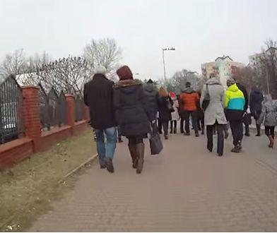 Rowerzysta przedziera się przez tłum pieszych na ścieżce (WIDEO)