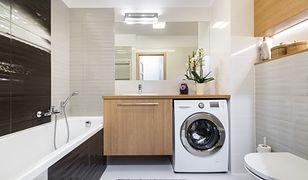 Zainstalowanie pralki w łazience to wciąż standard, zwłaszcza w starszych budynkach. Niesie jednak za sobą pewne ograniczenia
