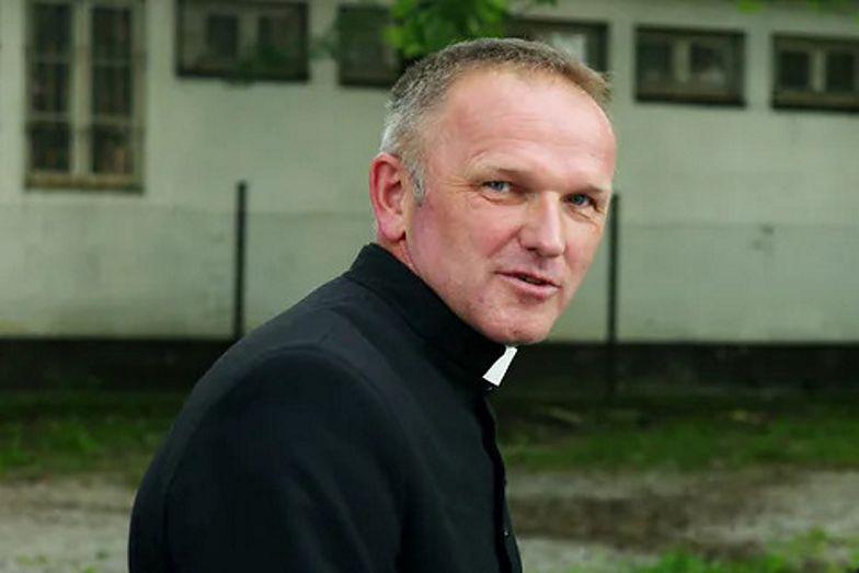 Ks. Lemański wspiera osoby LGBT: Mnie się tęczowe aureole podobają