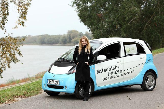 Iza Miko i jej Mitsubishi i-MIEV
