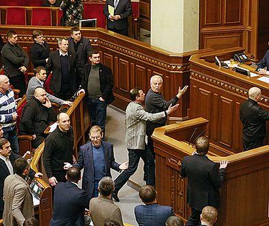 Nerwowa atmosfera w parlamencie Ukrainy. Strzelanina przed parlamentem