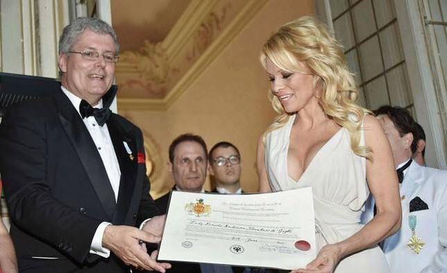 Pamela Anderson została... hrabiną. Tytuł wręczył jej fałszywy książę. Właśnie został zatrzymany