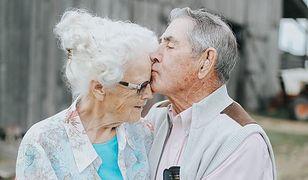Tak wygląda prawdziwa miłość. Piękne zdjęcia staruszków podbiją wasze serca