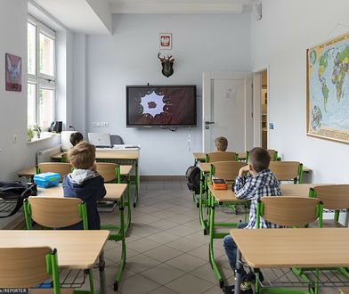 Koronawirus w Polsce. Rusza nauka hybrydowa w klasach I-III