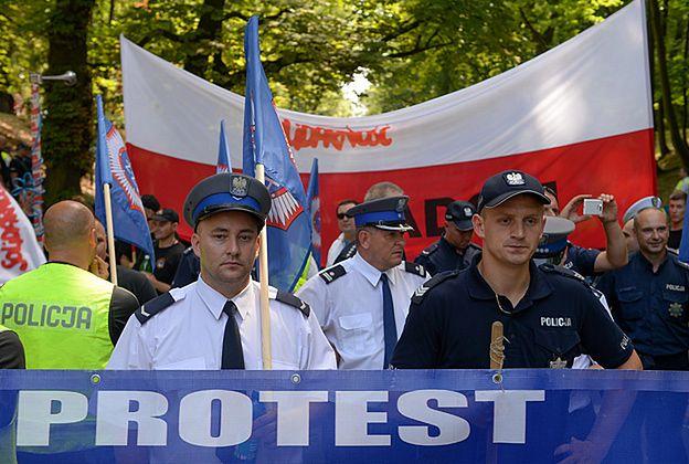 Pikieta policjantów i strażaków przed kancelarią premiera. Żądają podwyżek