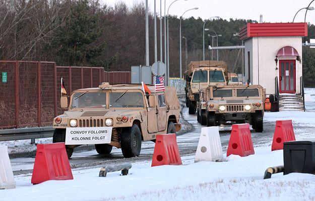 Żołnierze amerykańskiej Pancernej Brygadowej Grupy Bojowej przekraczają granicę w Olszynie