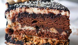 Tort czekoladowy z prażonymi orzechami laskowymi