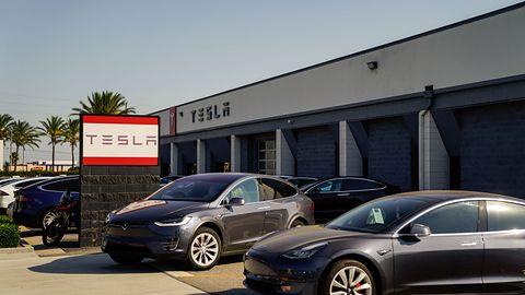 Tesla na celowniku. Pokazał, jak zdalnie dało się otworzyć samochody