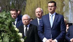 Jarosław Kaczyński i Mateusz Morawiecki na obchodach rocznicy katastrofy smoleńskiej. Z tyłu za nimi Joachim Brudziński