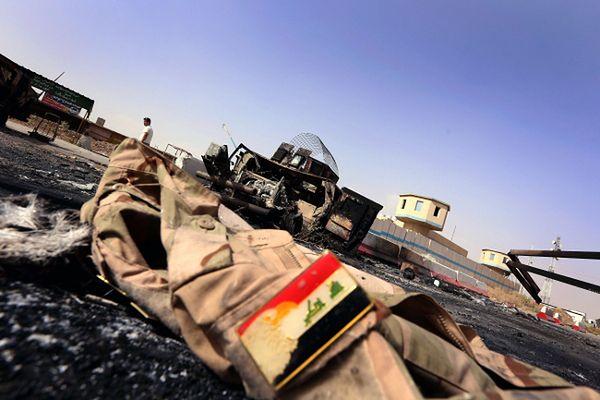 Zniszczenia w pobliżu punktu kontrolnego pod Mosulem