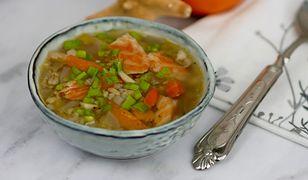 Zupa z wędzonym łososiem i pęczakiem. Najlepsza na wiosnę