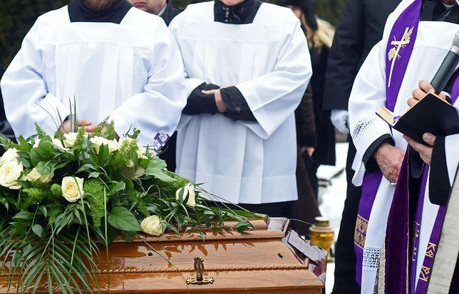 Uśredniając - w kancelarii parafialnej za pogrzeb płacimy 598 złotych. Nie obejmuje to kosztów zakładu pogrzebowego.