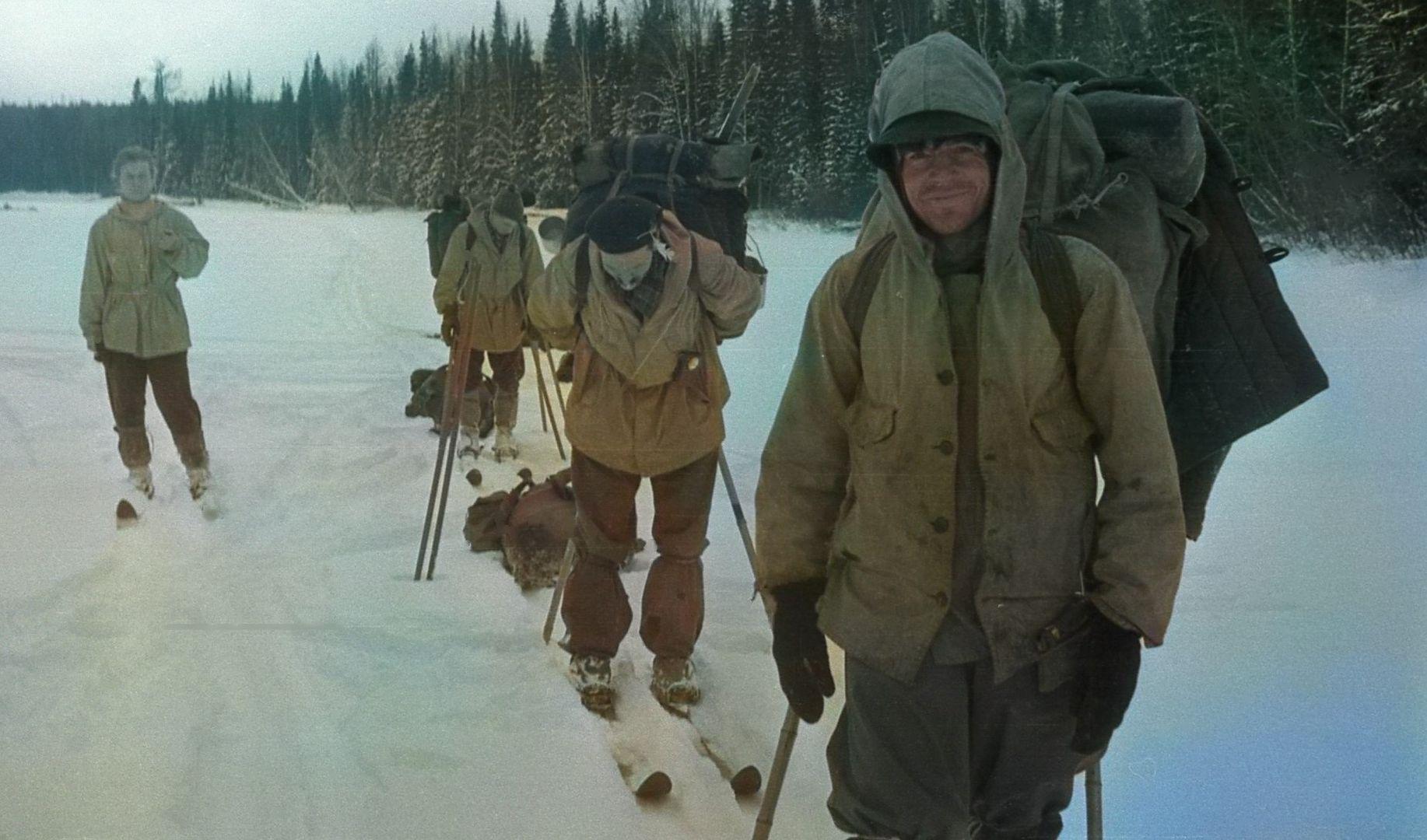 Droga przez przecinkę w tajdze. Na pierwszym planie Rustem, za nim Siemion i Igor, po lewej Ludmiła
