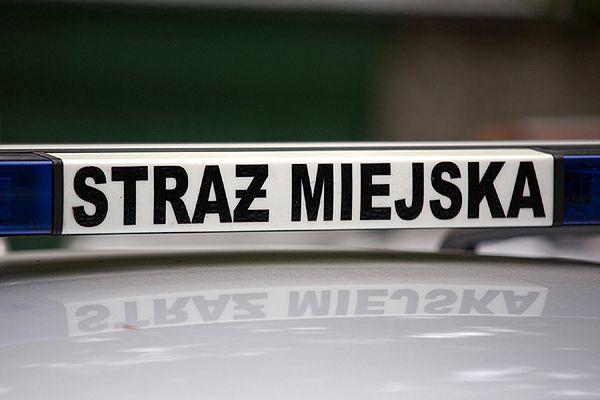Na krakowskim Salwatorze warto uważać na głowę - z kamienic spada tynk