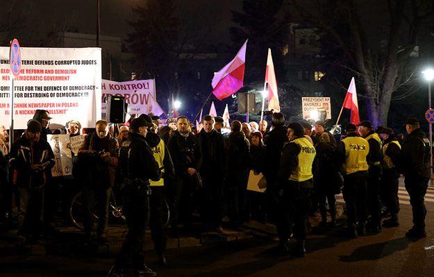 Przepychanki przed Sejmem. Starli się zwolennicy i przeciwnicy zmian w TK