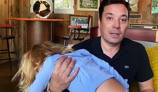 """Jimmy Fallon z córką podczas prowadzenia domowej edycji """"The Tonight Show"""""""